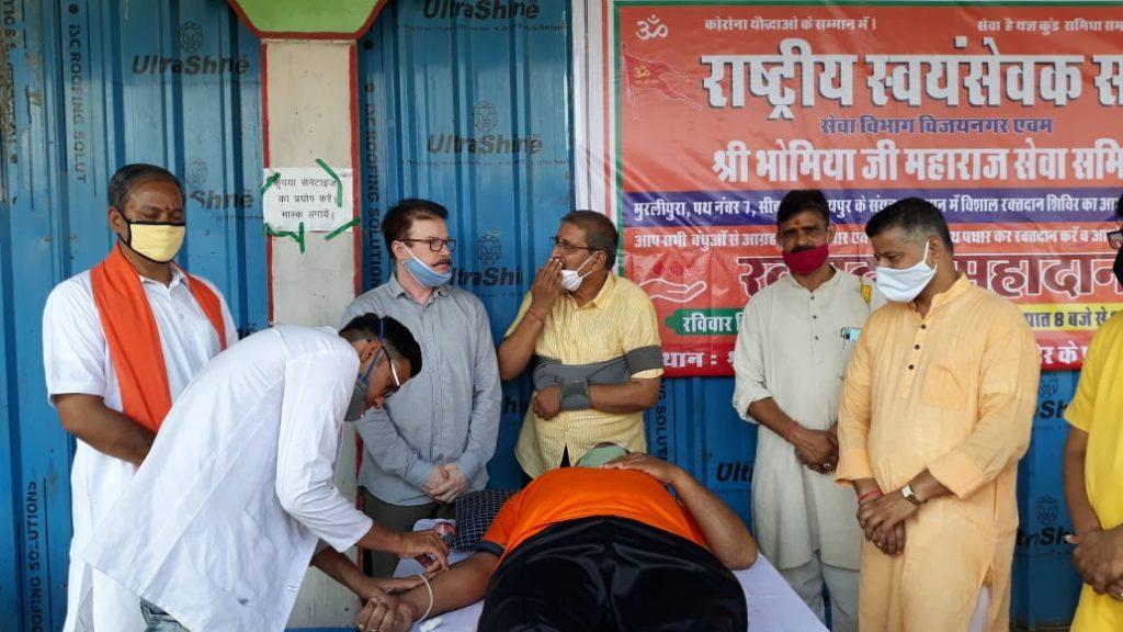 समाज को जोड़ने वाले करते हैं रक्त दान - शिव लहरी