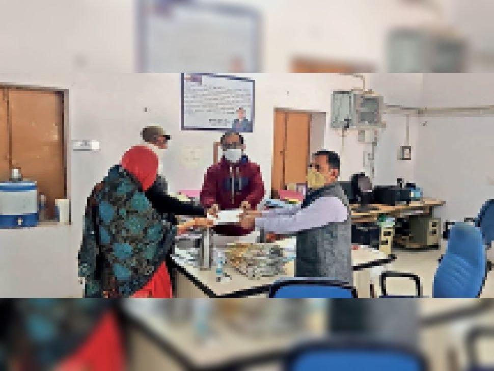 परिवार की सहायता के लिए ग्रामीणों ने जुटाए चार लाख रुपए