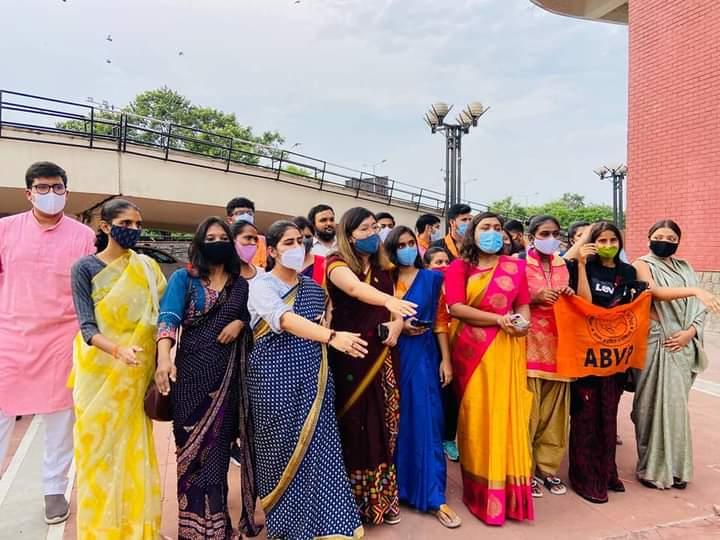 साड़ी पहने महिला के अपमान के विरुद्ध अभाविप की कार्यकर्ताओं ने अकीला के बाहर किया प्रदर्शन