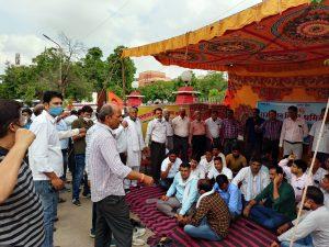 महंगी बिजली व कोयला संकट पर विद्युत श्रमिक महासंघ अनिश्चितकालीन धरने पर